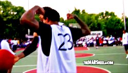 Brandon Jennings crosse et se fait crosser