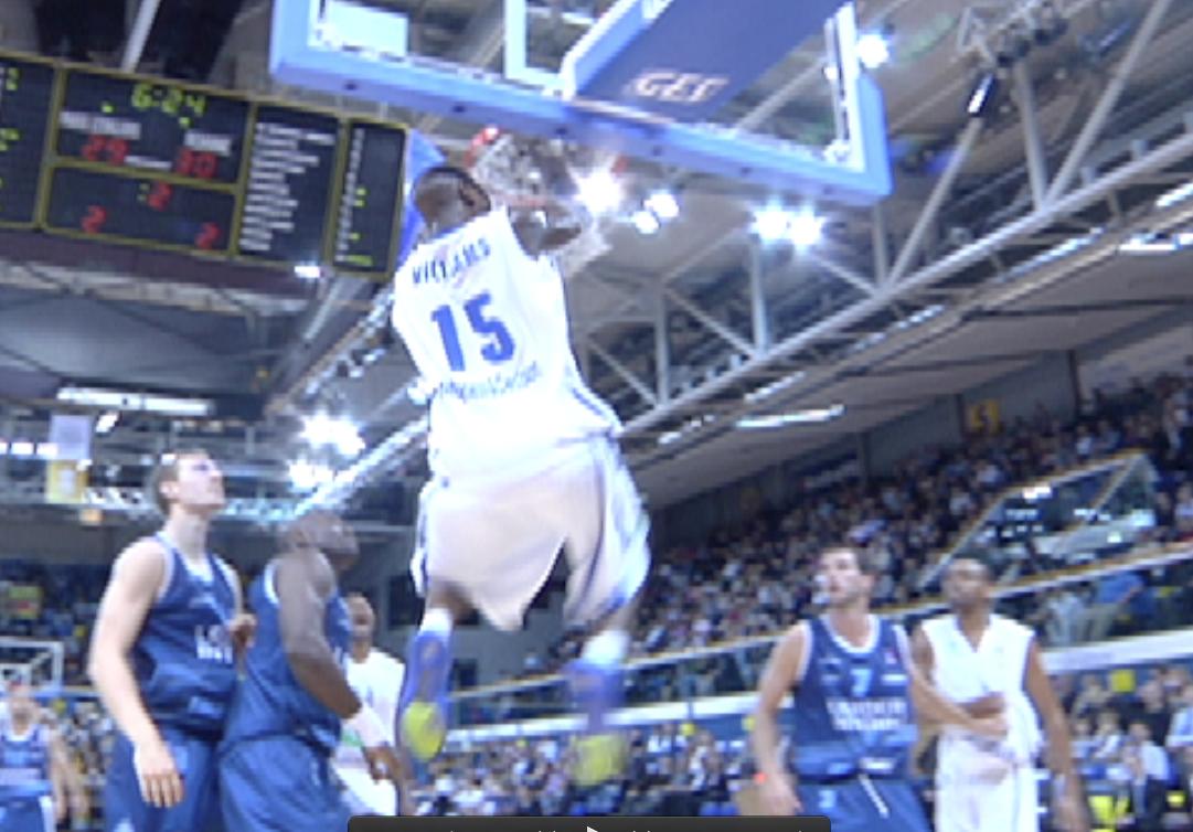 Jawad Williams dunk sur la défense roannaise