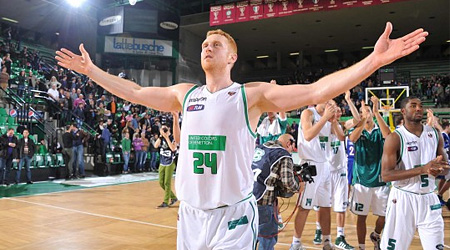 Scalabrine arrache 15 rebonds, Morrison plante 27 points contre Sean May