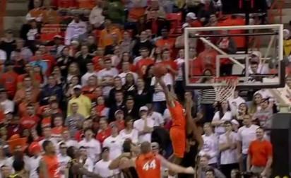 Markel Brown claque le dunk de l'année en NCAA