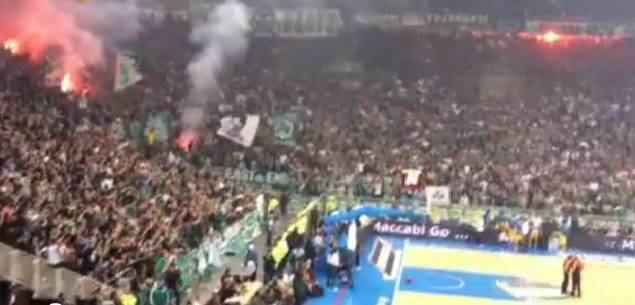 Les supporters du Panathinaikos embrasent l'OAKA