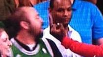 Ivan Johnson fait un doigt d'honneur à un fan des Celtics
