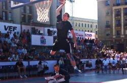 Le champion 2012 du concours de dunks se fait battre par un Letton