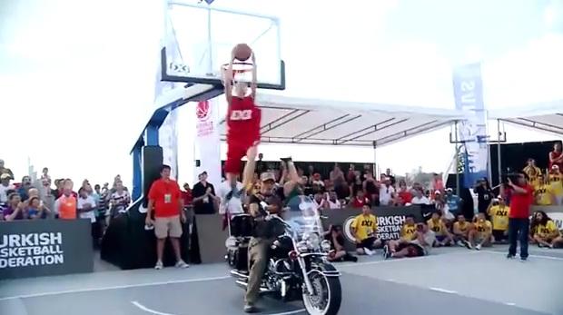Rafal Lipek vainqueur du dunk contest au World Tour d'Istanbul