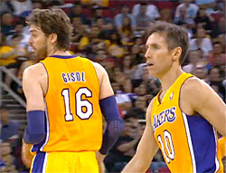 Steve Nash et Pau Gasol des Los Angeles Lakers