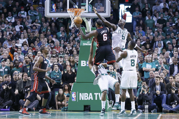 NBA Top 10 : LeBron James, Faried et Barton ÉCRASENT le cercle