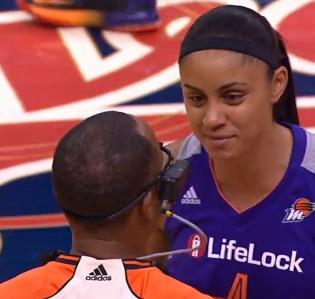 """La """"ref cam"""" fait ses débuts en WNBA"""