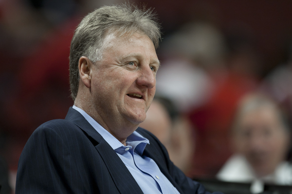 Larry Bird s'en prend à la statue de Dominique Wilkins