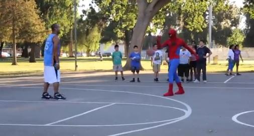 The Professor écume les playgrounds déguisé en... Spiderman