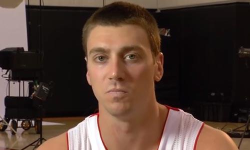 Vidéo : Tyler Hansbrough a l'air ravi de rejoindre les Raptors... ou pas