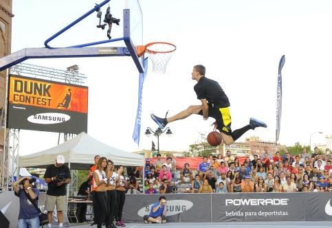 Vidéo : Rafal Lipinski dunk au dessus de deux personnes
