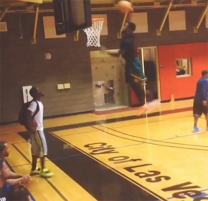 Impressionnant : Pierre Jackson (1,78m) dunke la tête au niveau du cercle