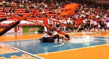 Vidéo : Un Harlem Globe Trotter frôle la mort sur un dunk