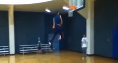 Vidéo : Jared Roth (19 ans) est un monstre du dunk
