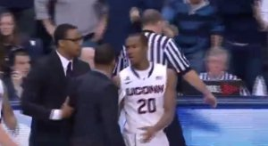 Vidéo : Kevin Ollie pète un plomb en NCAA