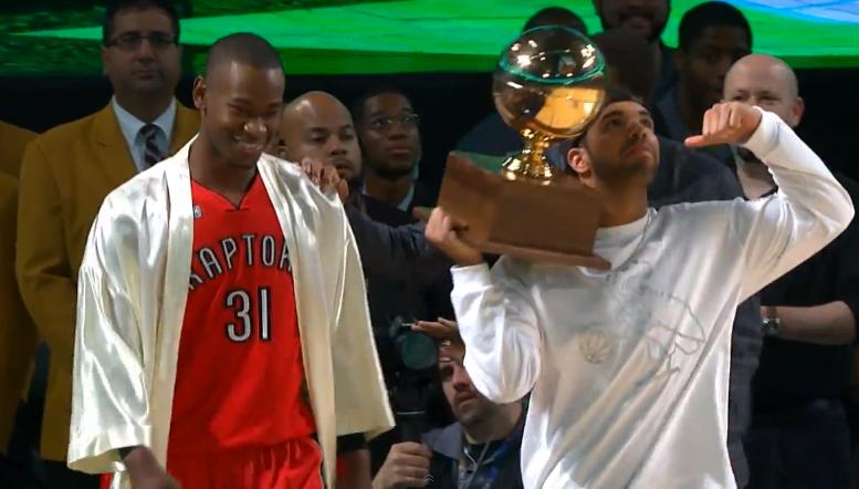 Vidéo HD : Terrence Ross passe un rider avec l'aide de Drake