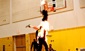Vidéo : Kenny Dobbs dunke par dessus un mec en feu !