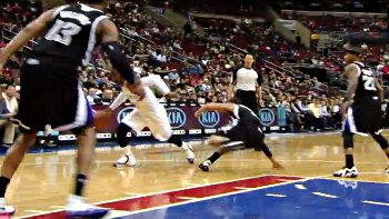 Vidéo : Tony Wroten fracasse les chevilles de Ray McCallum