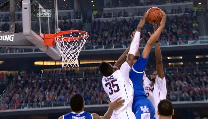 Epic : Le dunk de l'année pour James Young ?