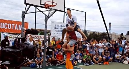 "Hallucinant : Rafal ""Lipek"" Lipinski repousse les limites du dunk"