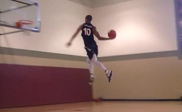 Vidéo : Guy Dupuy s'entraîne au dunk de la ligne des lancers francs