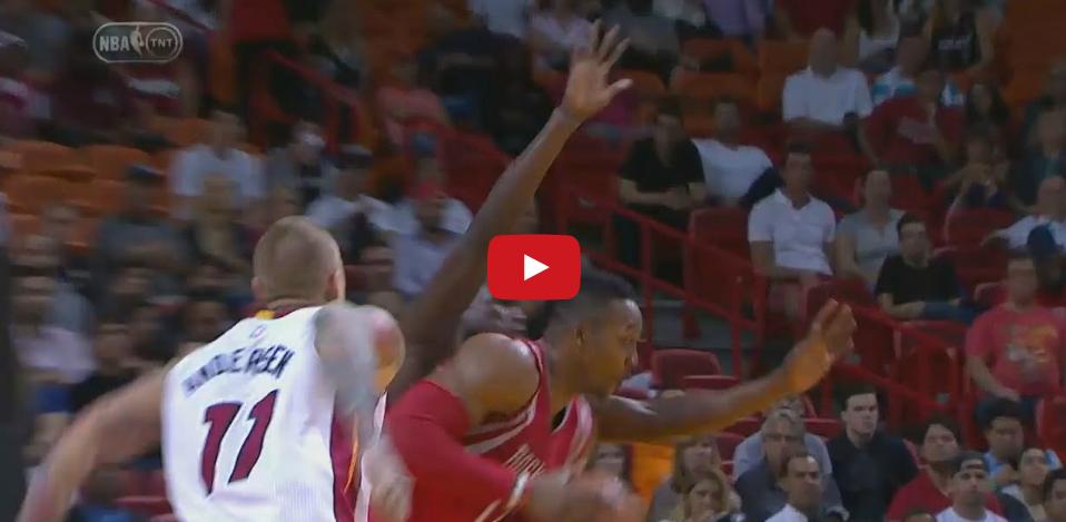 Vidéo : Dwight Howard claque un dunk malgré deux défenseurs