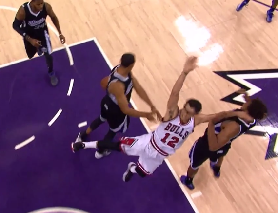 Vidéo : Ryan Hollins balance Kirk Hinrich au sol !