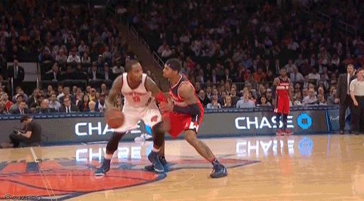 Vidéo : J.R. Smith tape les noix de Glen Rice Jr.