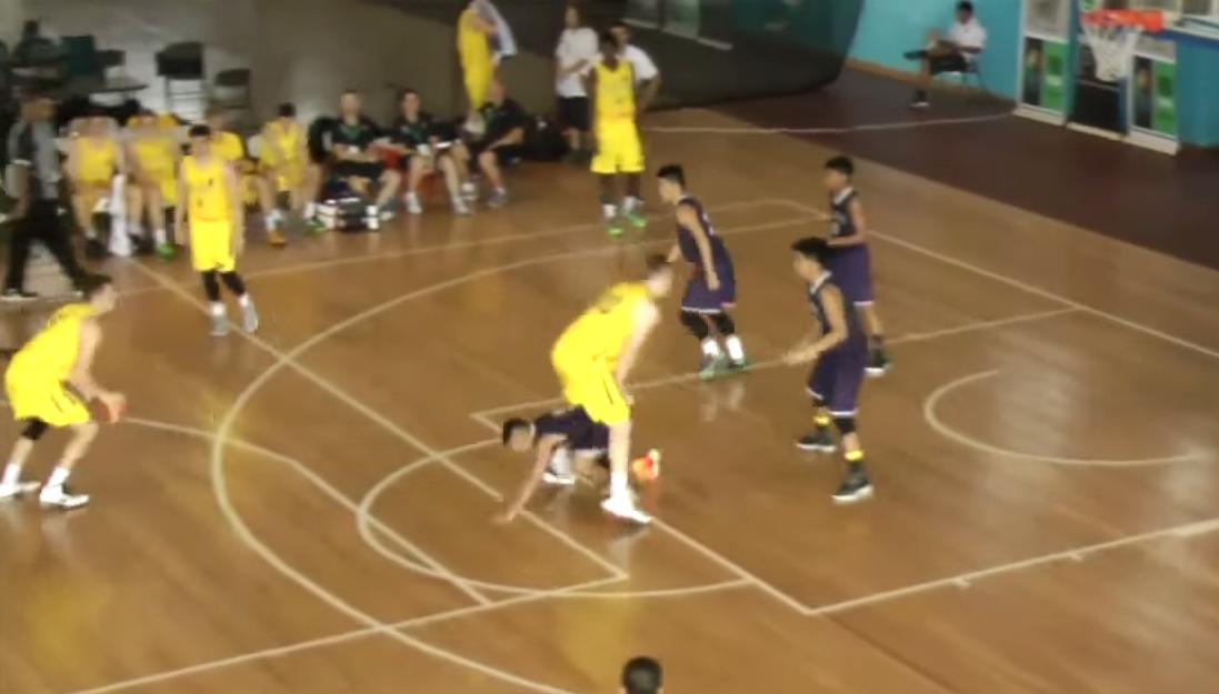 Ouf : Un joueur passe sous les jambes de son adversaire pour défendre !