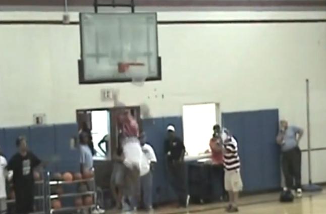 Destruction : Wayne Clark explose un panier sur un gros dunk
