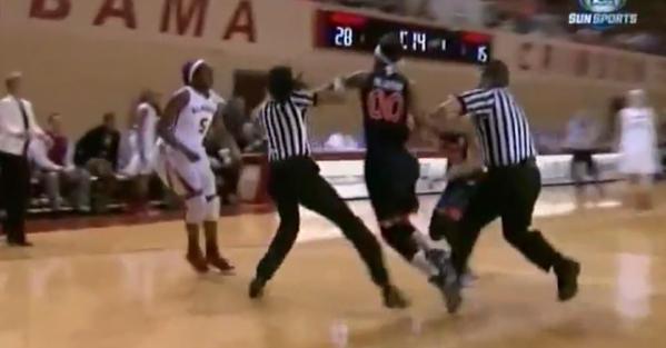 Baston entre les filles d'Auburn et d'Alabama en NCAA