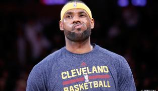 Légende : LeBron James dépasse Reggie Miller