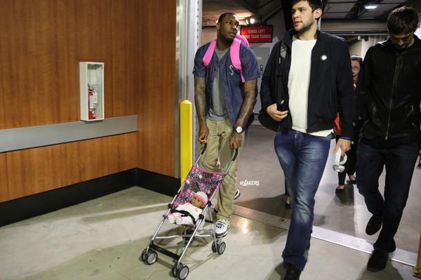 Les rookies des Lakers ont un bébé à charge...