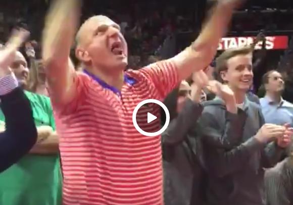 Steve Ballmer se déhanche sur Fergie pendant le derby
