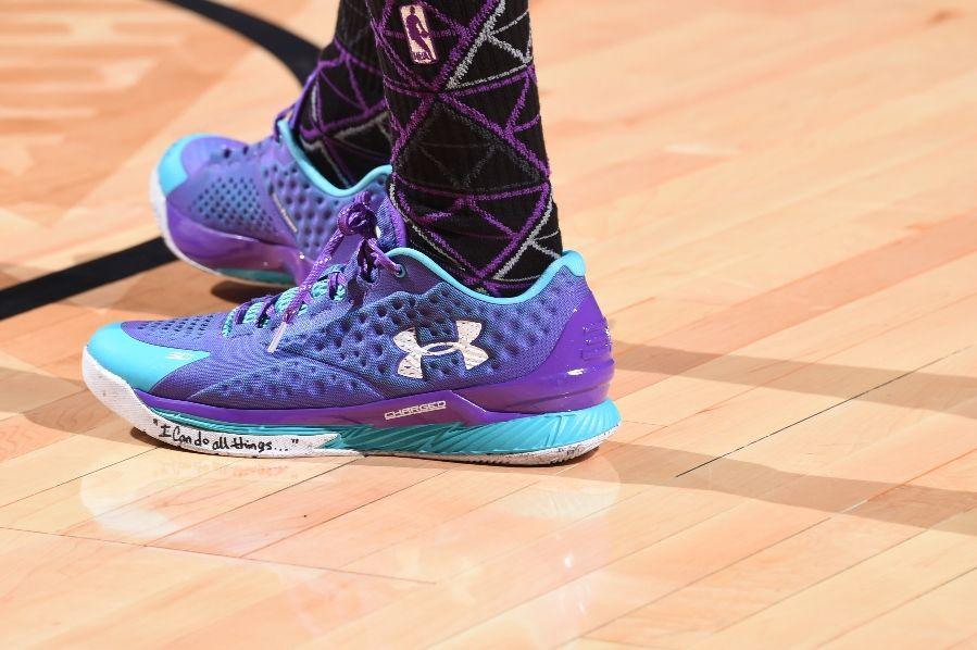 Stephen Curry rend hommage à un fan sur ses chaussures