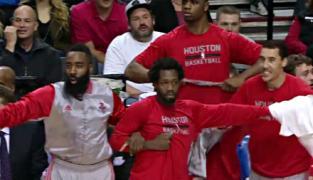 Excellent : La réaction du banc des Rockets après le face de Josh Smith