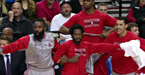 Excellent : La réaction du banc des Rockets après le face de Josh Smith