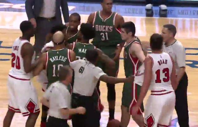 Vidéo : Accrochage entre les Bulls et les Bucks, quatre techniques sifflées
