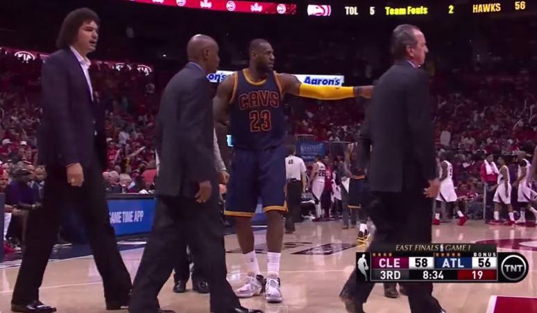 LeBron James se blesse... à cause d'un cameraman