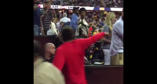 Le léger geste d'humeur de Joakim Noah envers un fan des Cavs