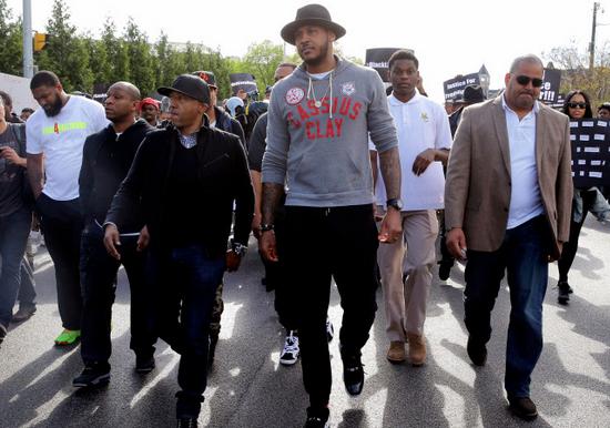 Baltimore : Carmelo Anthony s'engage et manifeste dans la rue