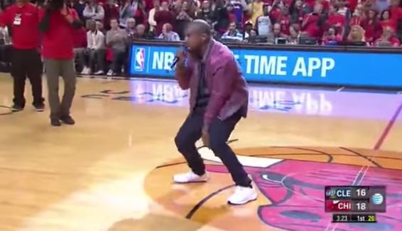 Quand Kanye West fait le show pendant un temps mort