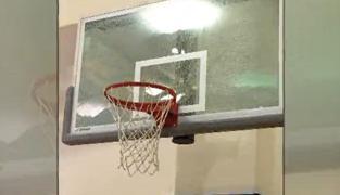 Un joueur des Sixers explose un plexi à l'entraînement