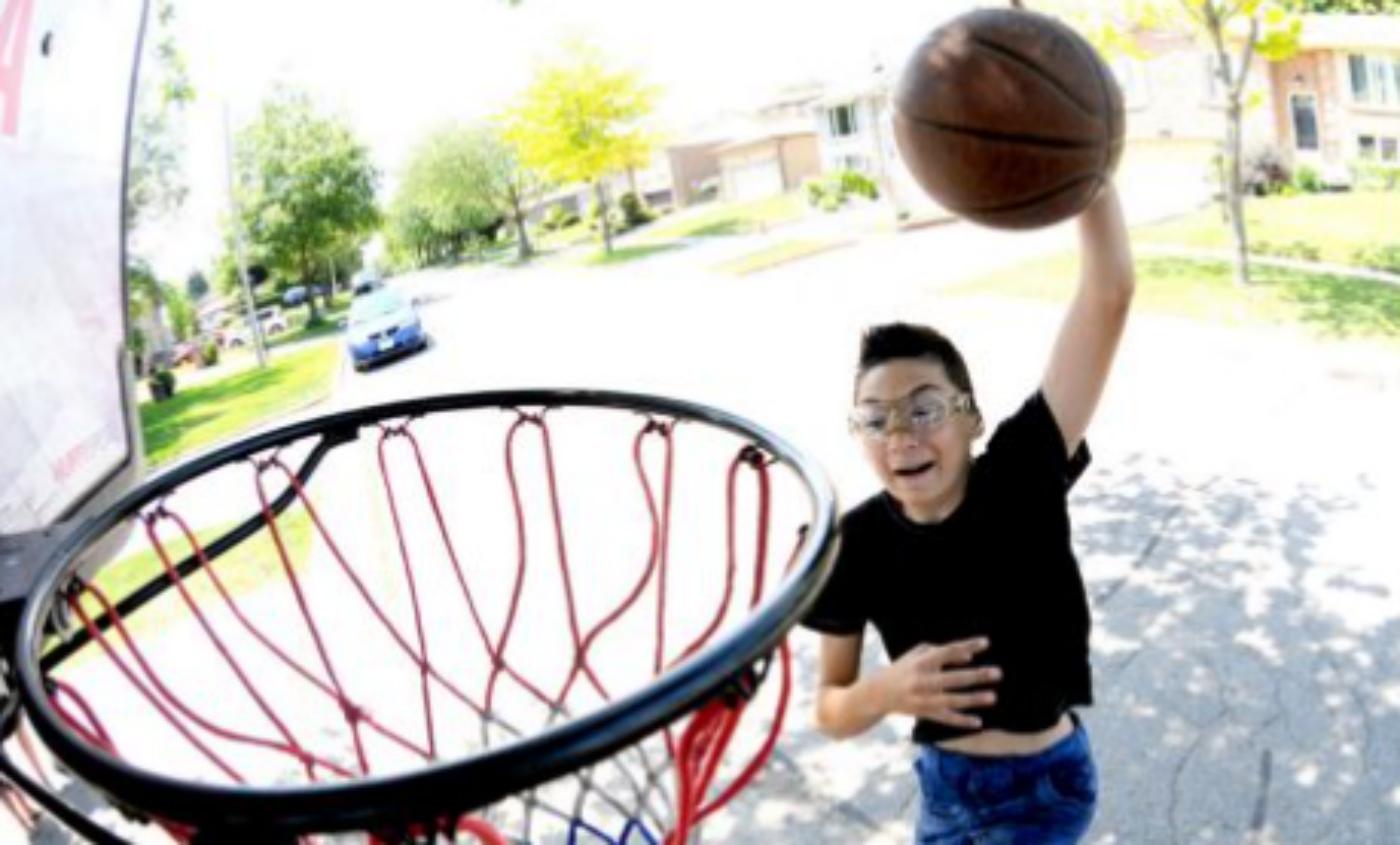 Interdit de jouer, un ado aveugle reçoit le soutien de la sélection canadienne