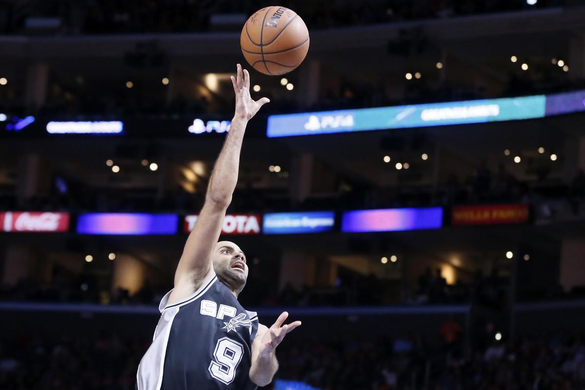 Tony Parker clutch lors de la victoire des Spurs à Charlotte