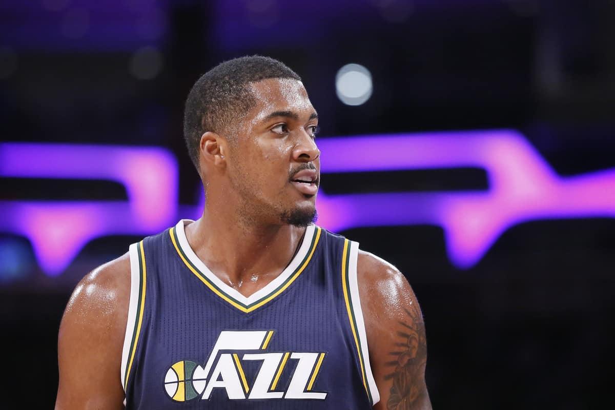 Derrick Favors plait aux Suns