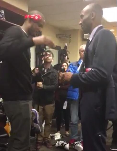 BFF : Trevor Ariza se fait dédicacer sa paire de Zoom par Kobe