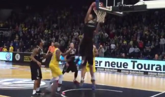 WTF : le frère de Gerald Green claque un dunk… contre son camp !