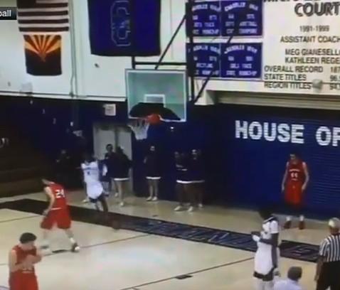 Un lycéen de l'Arizona détruit un panier sur un dunk