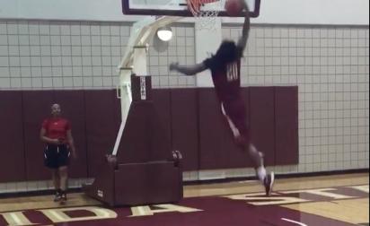 Une joueuse NCAA d'1,80m cale un dunk à l'entrainement !